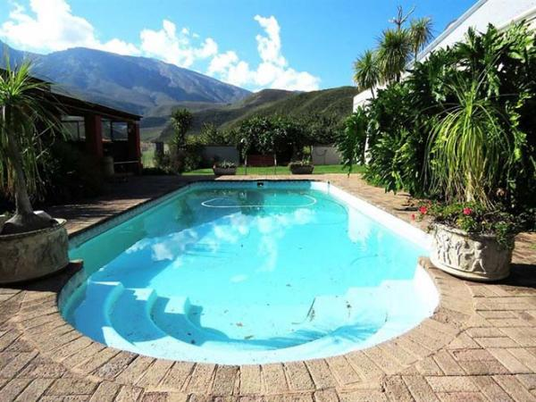 Swimming pool at Oudemuragie Guest Farm