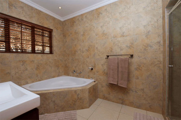 Bathroom at Tuskers Bush Lodge B&B